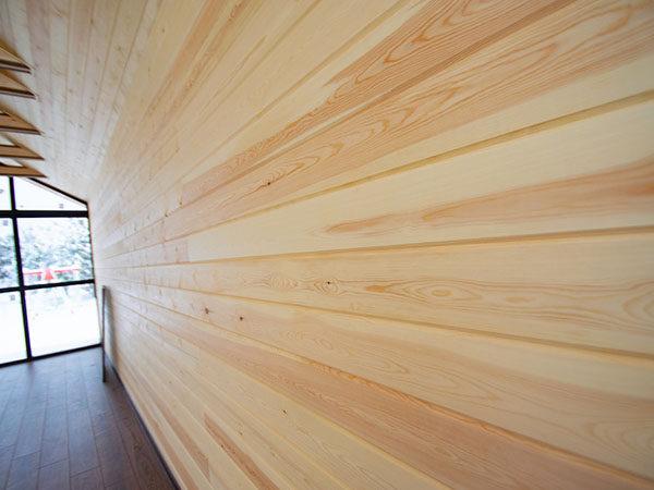 Стена, обшитая имитацией бруса